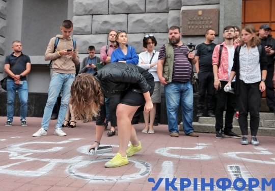 Protesters rally at SBU 1 year after acid attack on Kateryna Handziuk