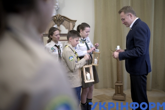 Plast scouts take Bethlehem Peace Light to Lviv