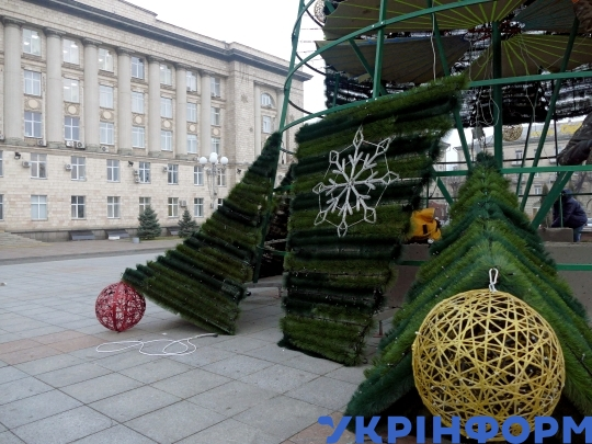 Mounting of main city Christmas tree in Cherkasy