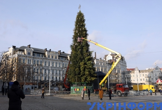 Mounting of national Christmas tree at Sofiiska Square in capital