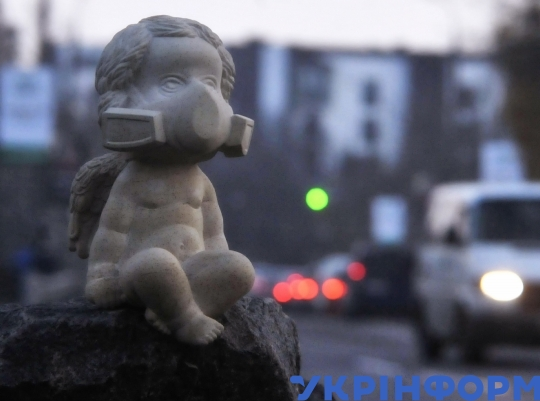 Statue of angel in respirator pops up in Vinnytsia