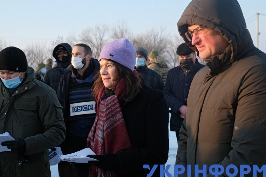 OSCE chair Ann Linde and Ukrainian delegation at Zolote checkpoint