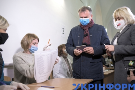 Mayoral hopeful Oleh Syniutka votes in Lviv