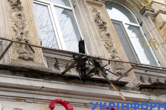 House cornice crumbles  in Odesa downtown