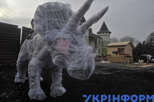 10  meter high robotic dinosaurs join animals at Podilskyi Zoo in Vinnytsia